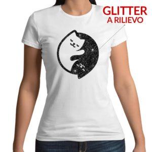 Tshirt personalizzata 100% cotone con stampa frontale di due gattini raggomitolati che formano lo Yin e lo Yang con uno strato di glitter a rilievo su maglietta bianca