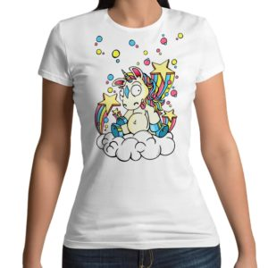 Tshirt personalizzata 100% cotone con stampa frontale unicorno pazzo con arcobaleno nuvola e stelline su maglietta bianca